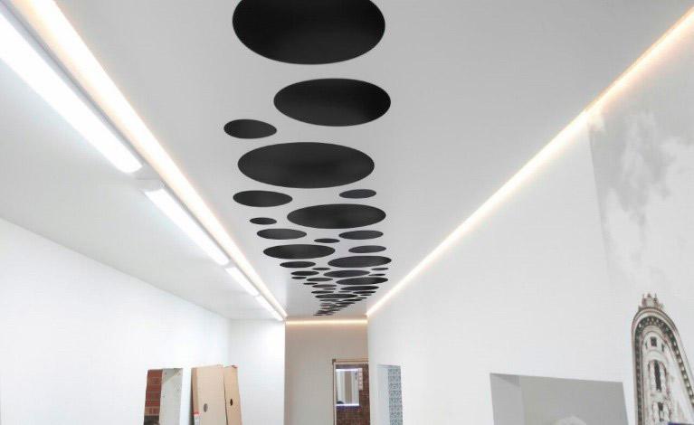 Plafond tendu sculpté dans le couloir